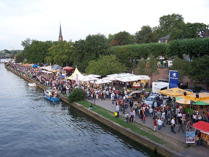 799px-Museumsuferfest_2005_-_Schaumainkai_Tiefufer